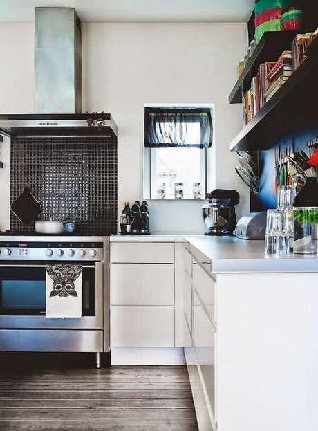 5. Cozinha com pastilha preta fixada na altura do fogão. Fonte: Pinterest