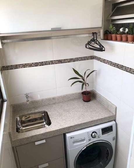 48. A faixa discreta com pastilha preta traz um toque diferenciado para a área de lavanderia. Fonte: Pinterest