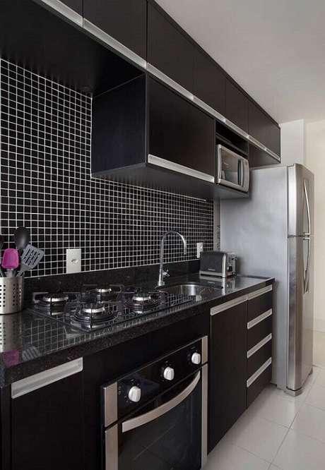 41. A pastilha preta na cozinha compacta deve incluída com cuidado para que o local não fique menor ainda. Fonte: Carolina Mendonça