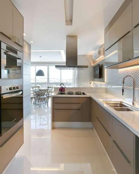 52. Cozinha pequena com cerâmica brilhante – Foto Pinterest