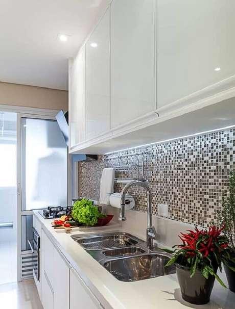 6. Cozinha com pastilha preta e branca decora toda a extensão da bancada. Fonte: Pinterest