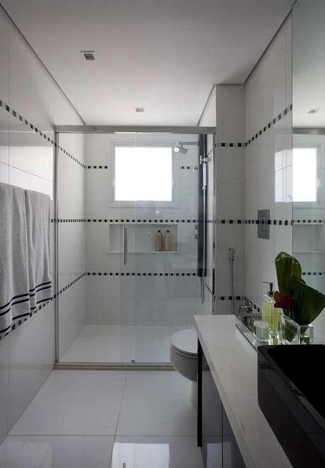 20. Faixas no banheiro foram criadas com revestimento pastilha preta e branca. Fonte: Marcelo Rosset Arquitetura