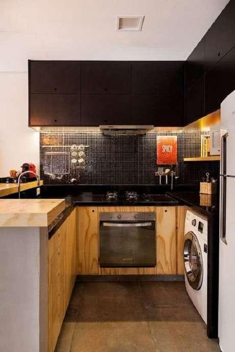 31. Cozinha com pastilha preta e bancada de marcenaria. Fonte: Pinterest