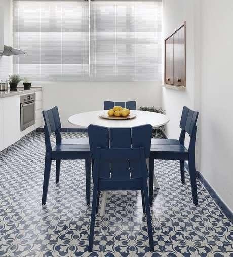 51. Cozinha criativa com cerâmica azul e branca – Foto Pinterst