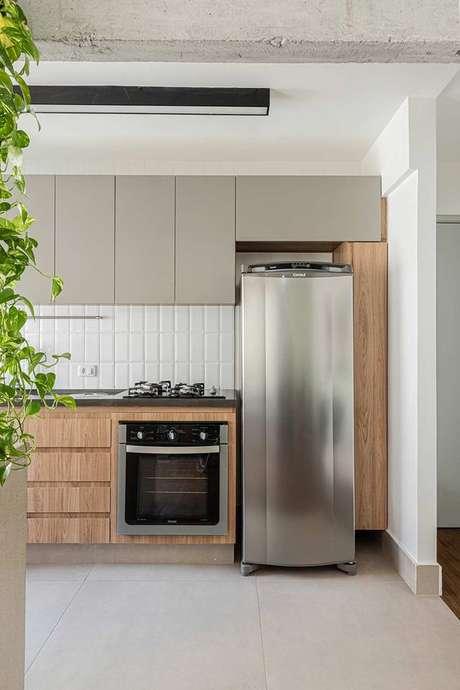4. Cerâmica para cozinha acetinado na cor branca com armários de madeira – Foto Casa de Valentina