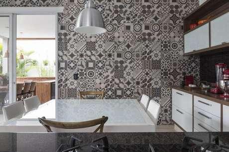 36. Cerâmica para cozinha revestindo a parede – Foto Studio Deux