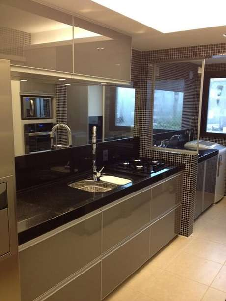 32. Cozinha com pastilha preta e armários planejados. Fonte: Pinterest