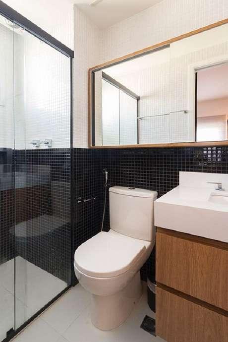 8. Decoração inusitada de banheiro com pastilha preta e branca. Fonte: Pinterest