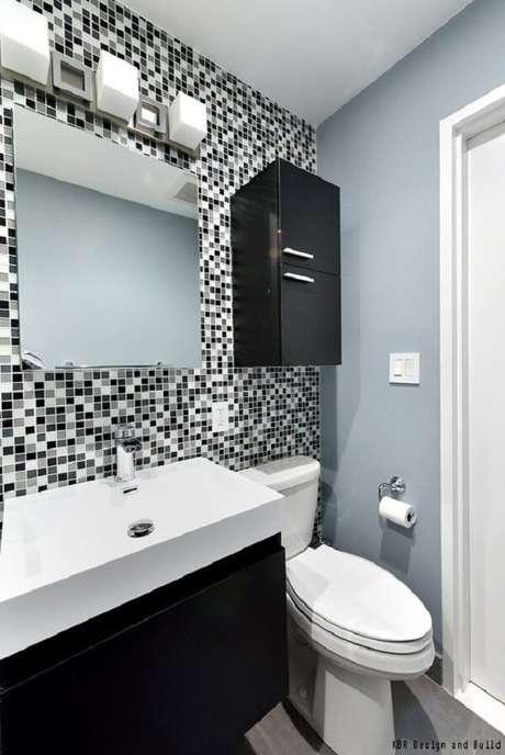 18. Inove na decoração e aposte em um banheiro com pastilha preta e branca. Fonte: Pinterest