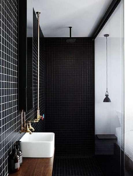 33. Banheiro decorado com pastilha preta reflete um ar moderno. Fonte: The Local Project