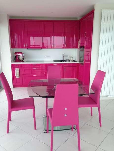 56. Cozinha rosa pink com cerâmica branca – Foto Labaule