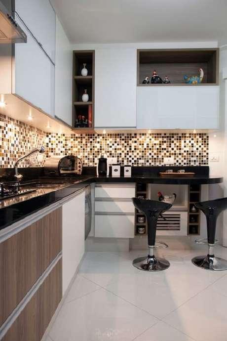 36. As pastilhas que revestem a cozinha apresentam tons de preto, branco e nuances de dourado. Fonte: Casa de Valentina