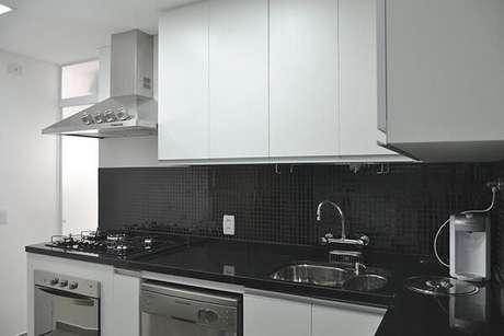 12. O revestimento pastilha preta decora a parede dessa cozinha. Projeto por Tr Arquitetura