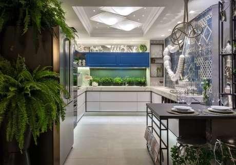 25. Cerâmica para cozinha em tons claros e decoração com plantas – Foto Menos Goiania