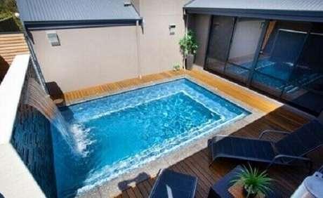 20. O azulejo para piscina azul se harmoniza com a decoração do projeto. Fonte: Plantas de Casas