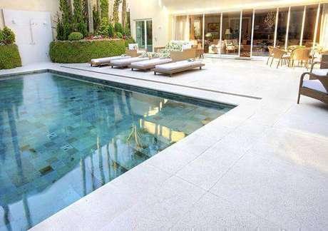 24. O azulejo para piscina é um revestimento que apresenta um ótimo custo benefício. Fonte: Piso para Piscina