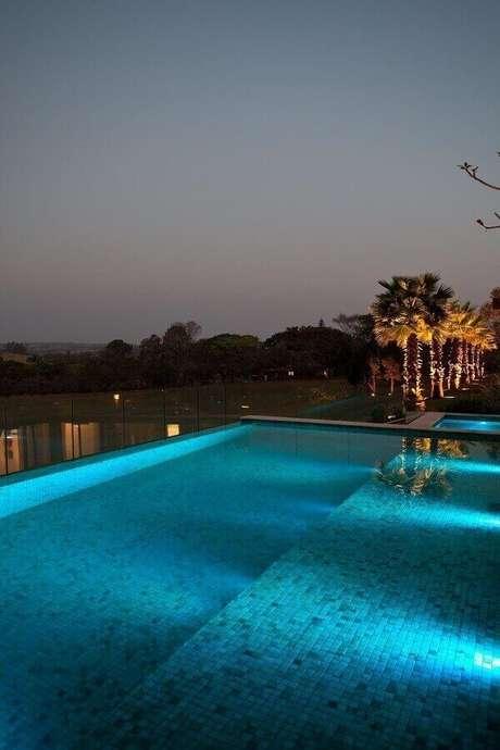 40. Realize um lindo projeto luminotécnico para a piscina com azulejo. Projeto de Zize Zink Arquitetura