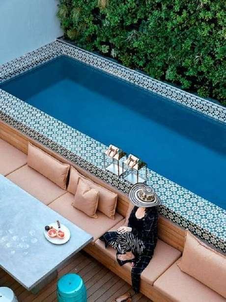 2. O azulejo para borda de piscina se destaca na área externa. Fonte: Pinterest
