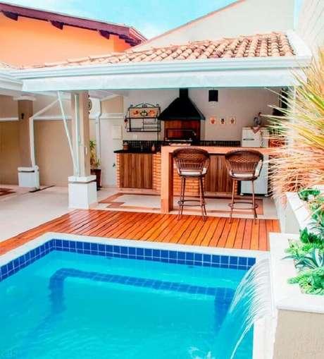 22. O azulejo para piscina decora o espaço dessa área de lazer pequena. Fonte: Dcore Você