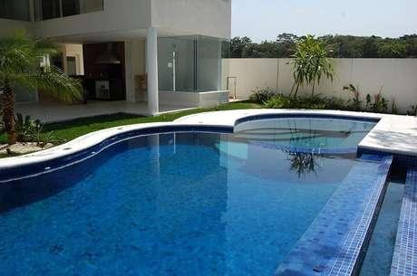 21. O azulejo para piscina de alvenaria apresenta um bom custo benefício. Projeto por Alexandre Ferraz de Oliveira