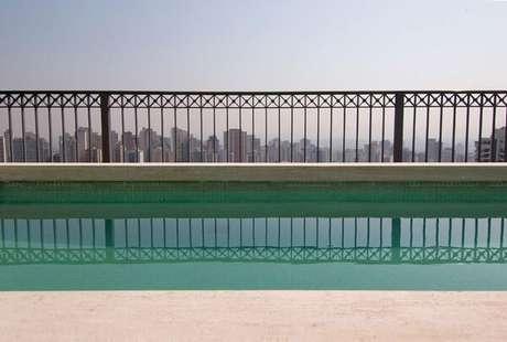 36. O azulejo para piscina verde traz um toque de cor para a área externa. Projeto por Fábio Morozini