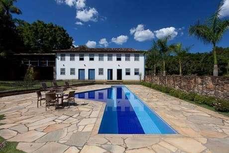 6. O azulejo para piscina em tons de azul encanta a decoração dessa área externa. Projeto por Maria do Carmo Ferraz