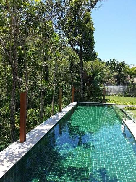 7. O azulejo para piscina verde conversa com a paisagem do local. Fonte: Olegário de Sá & Gilberto Cioni