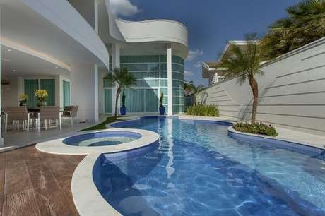 5. O azulejo azul para piscina traz um toque de aconchego para a área externa. Projeto Aquiles Nicolas Kílaris