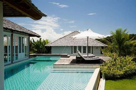 19. O azulejo para piscina 30×30 com superfície estampada forma uma linda composição. Projeto por DB Arquitetos