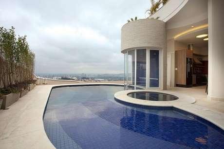 11. Azulejo para piscina de alvenaria em tons mesclados. Projeto por Aquiles Nicolas Kílaris