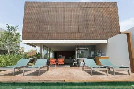 9. Área de lazer com azulejo para piscina verde. Projeto por Triplex Arquitetura