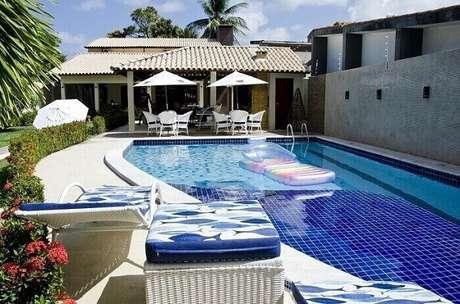 8. As placas de azulejo para piscina 30×30 são muito procuradas pelo público. Projeto por Célia Beatriz