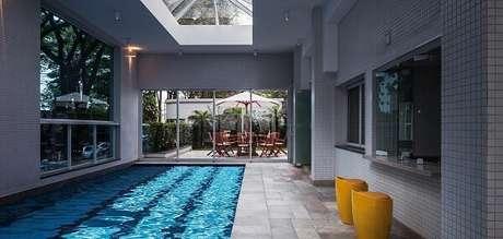 28. O azulejo para piscina foi o revestimento escolhido para essa área de lazer. Fonte: Fantin & Siqueira Arquitetos