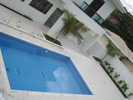 35. Os azulejos para piscina devem ser instalados por um profissional especializado. Fonte: Carla Dadazio