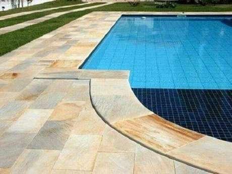 29. O azulejo para piscina podem ser usada em conjunto com outros revestimentos como a pastilha de vidro. Fonte: Reedecore