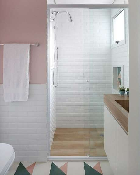 18. Modelos de azulejos para banheiro branco e rosa decorado com piso colorido. Foto: Pinterest