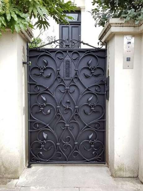 24. Portão de ferro pequeno e preto super bem trabalhado. Foto de David Cooper Blacksmiths