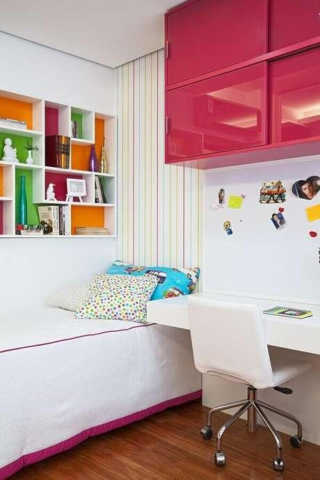 9. Decoração para quarto pequeno feminino com nichos e armário aéreo colorido – Foto Home Fashion Trend
