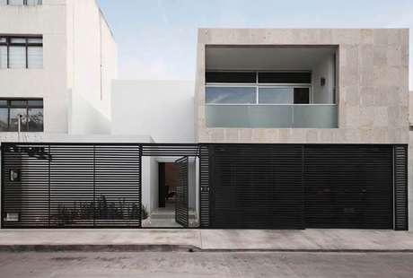 59. Portão de ferro amplo preto em casa moderna. Foto de Tongue Twisters