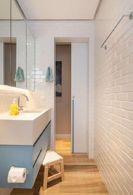 55. Azulejo de banheiro pequeno branco decorado com gabinete planejado azul pastel. Foto: Marina Carvalho – Arquitetura
