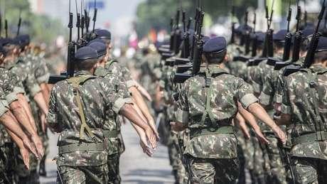 Militares brasileiros marcham com armas