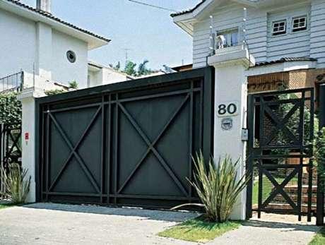 39. Portão de ferro preto com grades combinando aos lados. Foto de Pawli