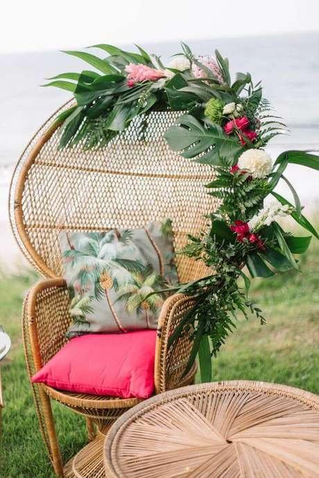6. As flores são perfeitas para decorar a poltrona de vime – Foto Kara Reynolds