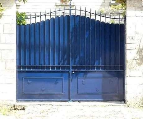 66. O portão de ferro pode receber acabamento em diferentes cores. Fonte: FER & BOIS