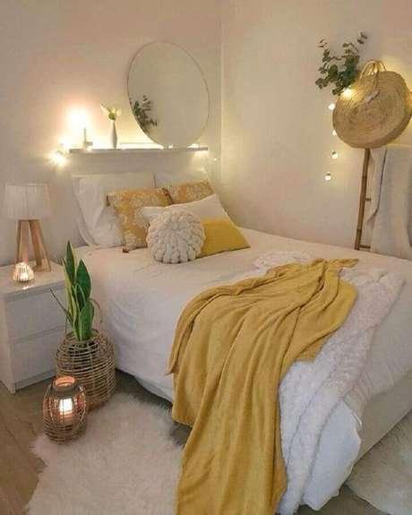 54. Ideias de quarto feminino pequeno e simples decorado todo branco com detalhes em amarelo – Foto Pinterest
