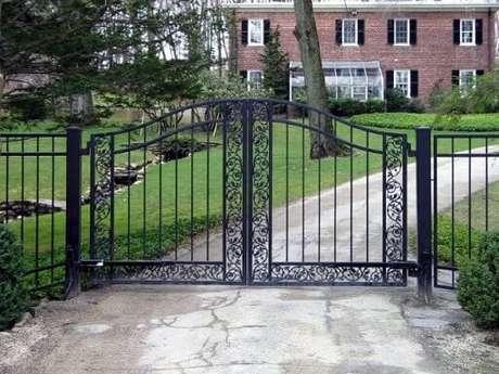 60. Portão de ferro preto para entrada de carros em casa de campo. Foto de Tri State Gate