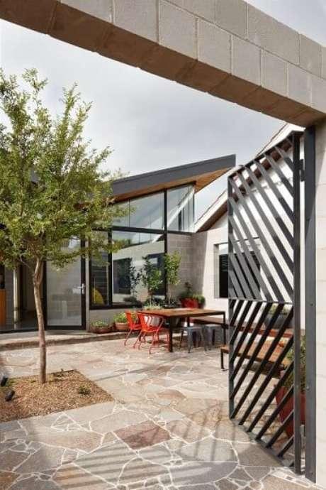 31. As fotos de portões de ferro com padrões diferentes podem te inspirar a ter um personalizado em casa! Foto de Green Magazine