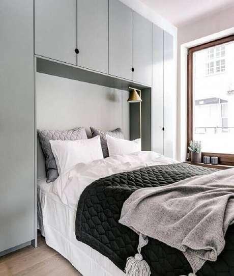44. O guarda-roupa com cama embutida de casal facilita a organização do cômodo. Fonte: Coco Lapine Design
