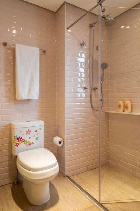 30. Decoração simples com azulejo cor de rosa claro para banheiro. Foto: Marina Carvalho – Arquitetura