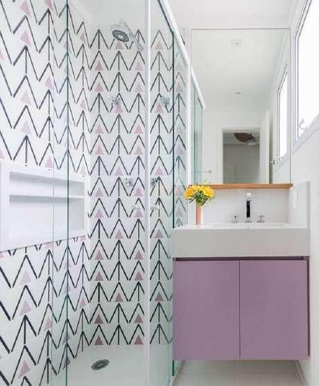 5. Decoração com azulejo de banheiro branco e lilás. Foto: Pinterest